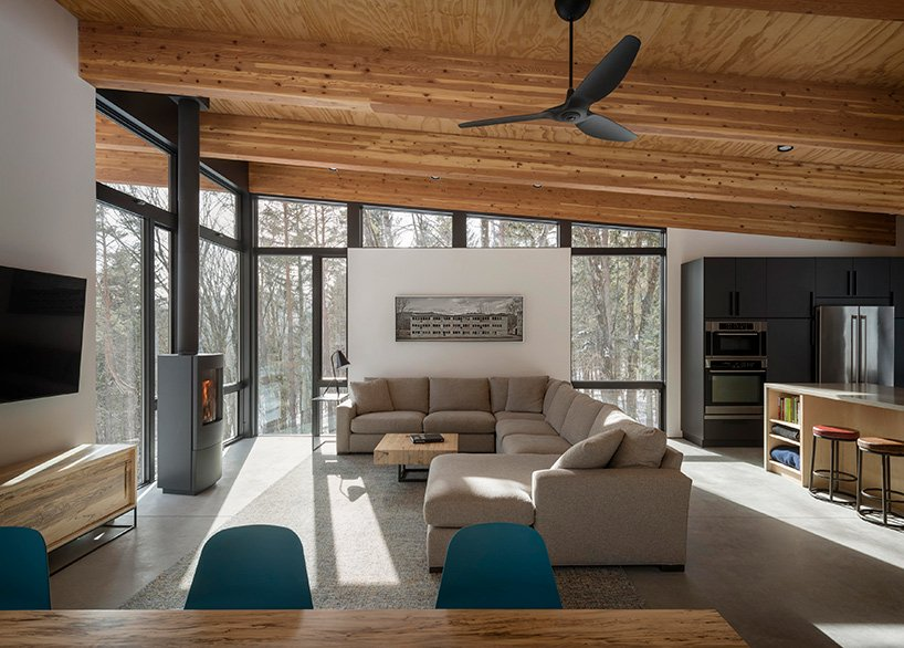 The interiors of the cabin are neutral with some colorful touches and the focus is at the views
