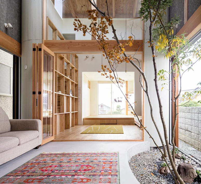 The house is decoated in minimalist style, with much natural wood and glass partitions