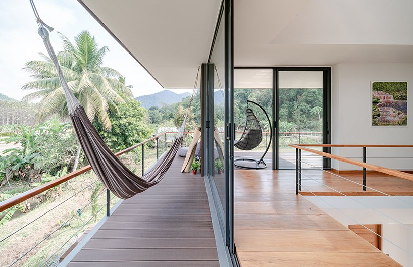 The spaces can be easily opened to outdoors with sliding doors, the terraces are decorated in accordance with inside to create a cohesive space