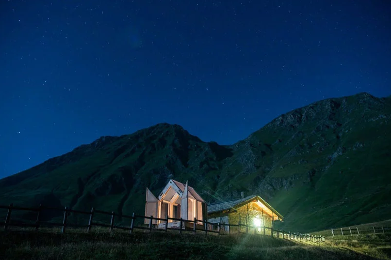 Sleep under the stars at any time and in any season with such a cool cabin