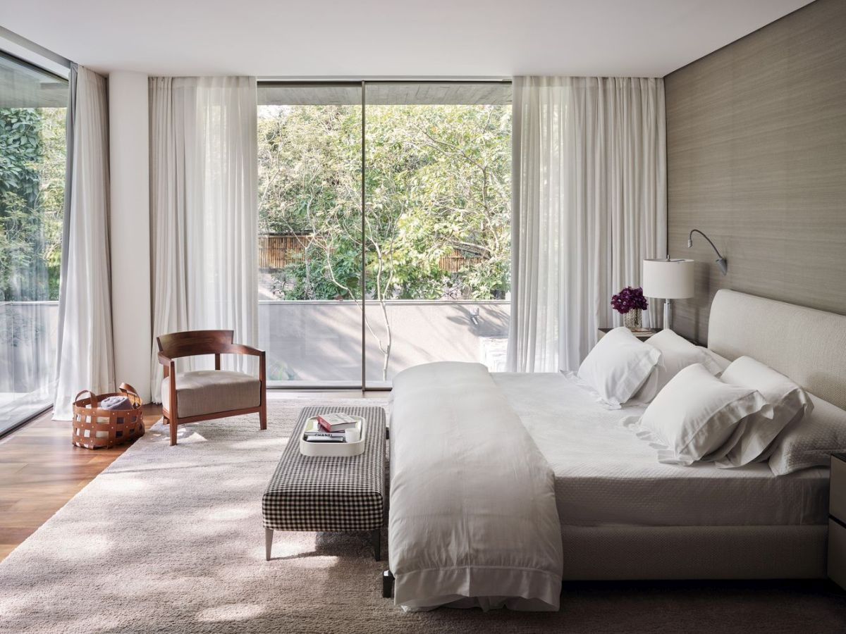 The bedrooms are positioned in the middle, sandwiched between the leisure areas above and below them