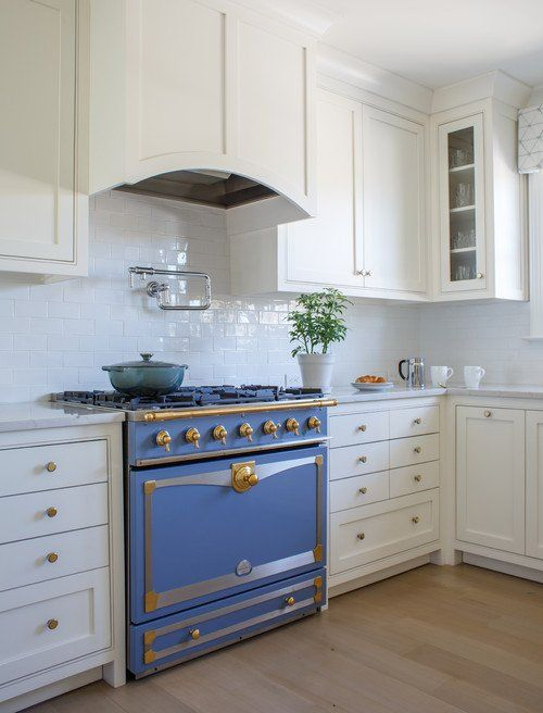 a blue vintage-inspired cooker with shiny gold touches gives all the chic to the kitchen at once