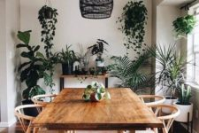 22 a boho dining room refreshed with lots of greenery in hanging and usual pots is a very cool idea