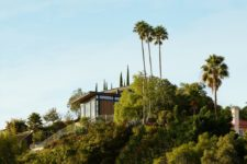 02 The house is built on a steep slope close to LA