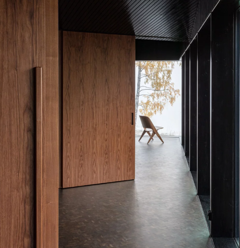 The use of materials inside helps the house to merge with nature