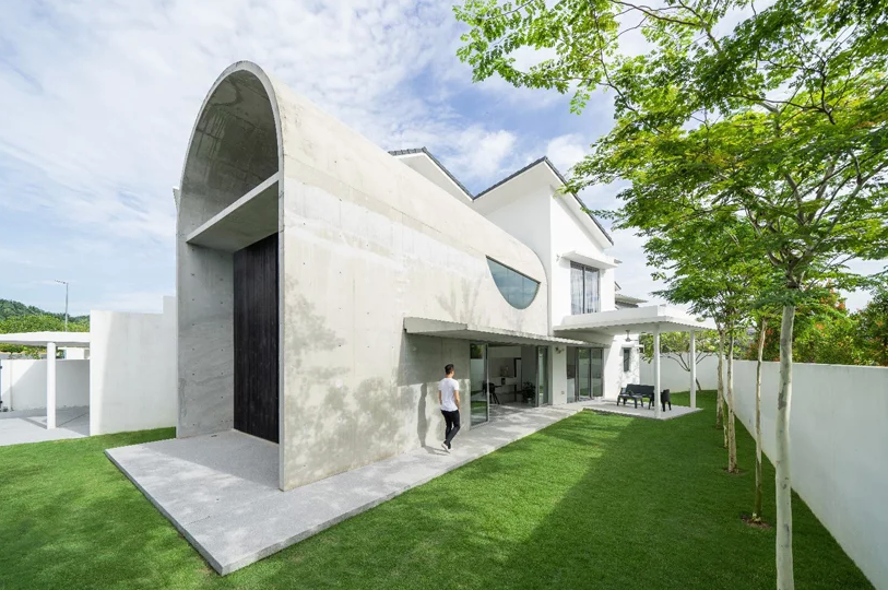 This contemporary home looks really unique, it's a vault of concrete for real