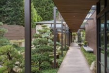 02 The house features a large garden in Japanese style that is at heart of this home