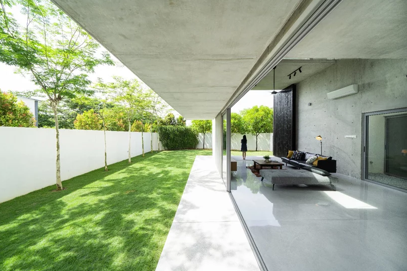 The house can be opened to outdoors easily, with sliding doors of glass