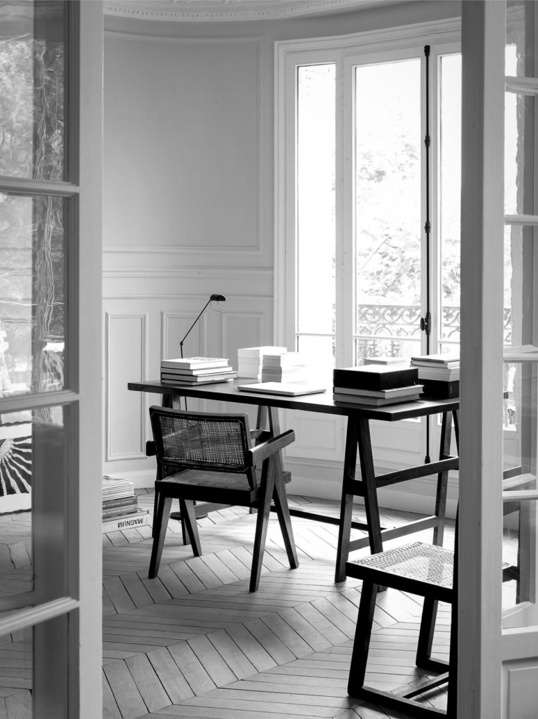 The workspace is done with trestle furniture, which is located next to the window to maximize the light while working