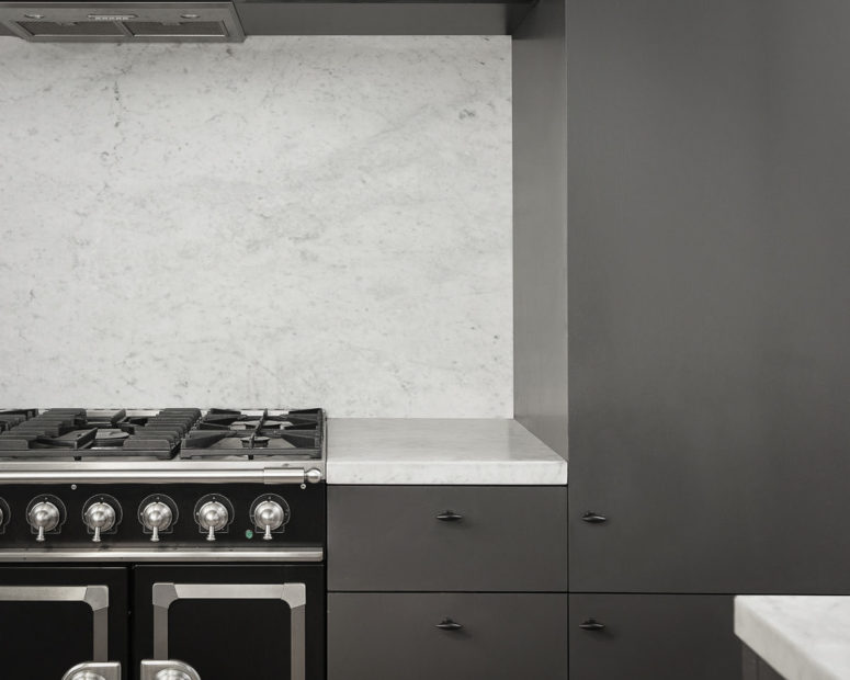 The cooker is vintage to highlight the origins of the apartment