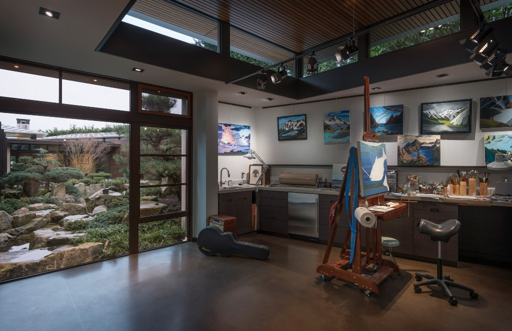 This is a woderful art studio with an entrance to the garden