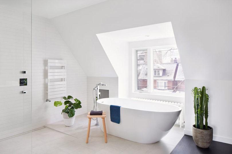 a cool attic bathroom design in white tones