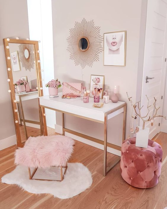 a small makeup nook done in the shades of pink - they soften the nook and make the space girlish at the same time