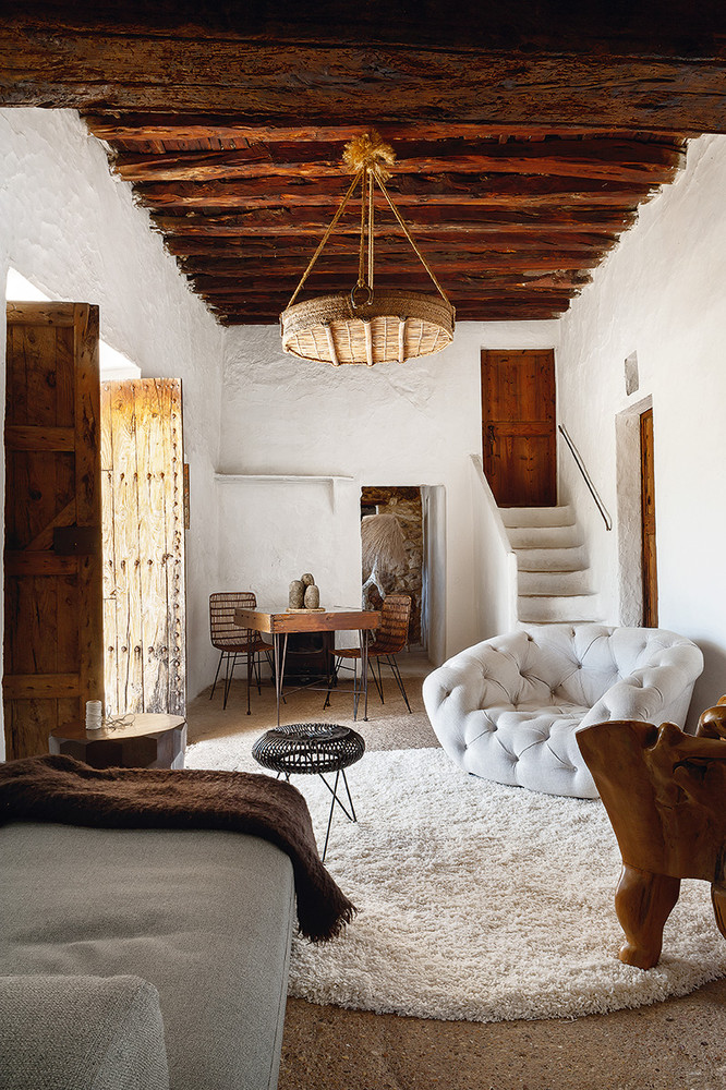 Welcoming Primitive Whitewashed House In Ibiza