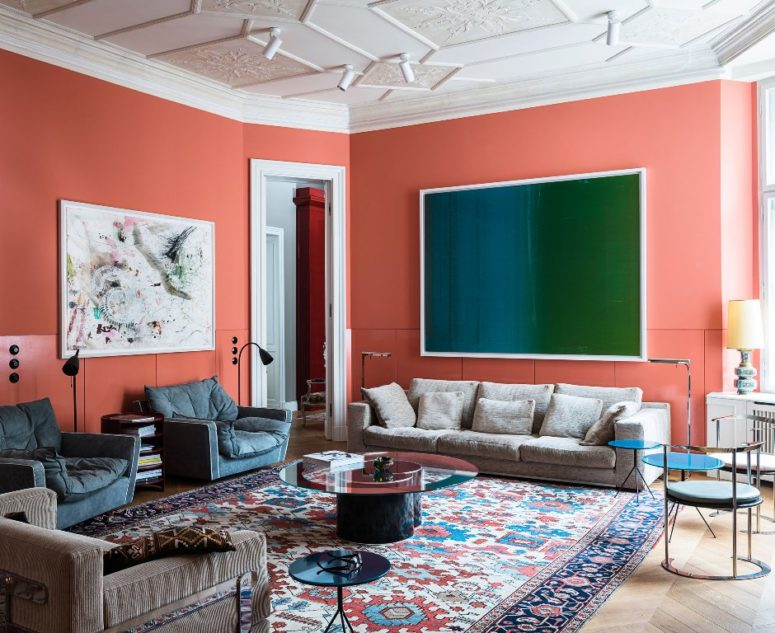 This eclectic apartment combines modernity and traditionalism, it's bright and statement like