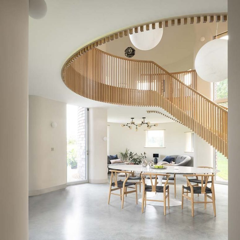 The spaces are light-filled, chic and very welcoming, the color scheme is neutral, with some muted touches and pastels