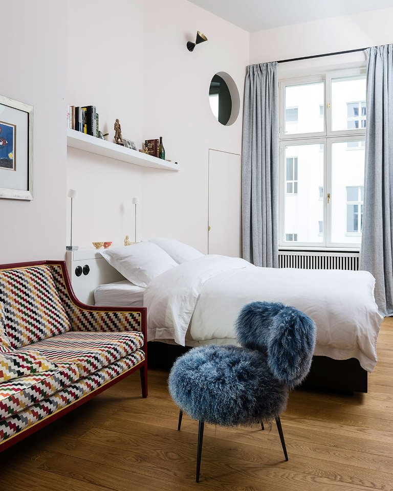 The bedroom is peaceful and comfortable, with brigth textiles and a comfy bed