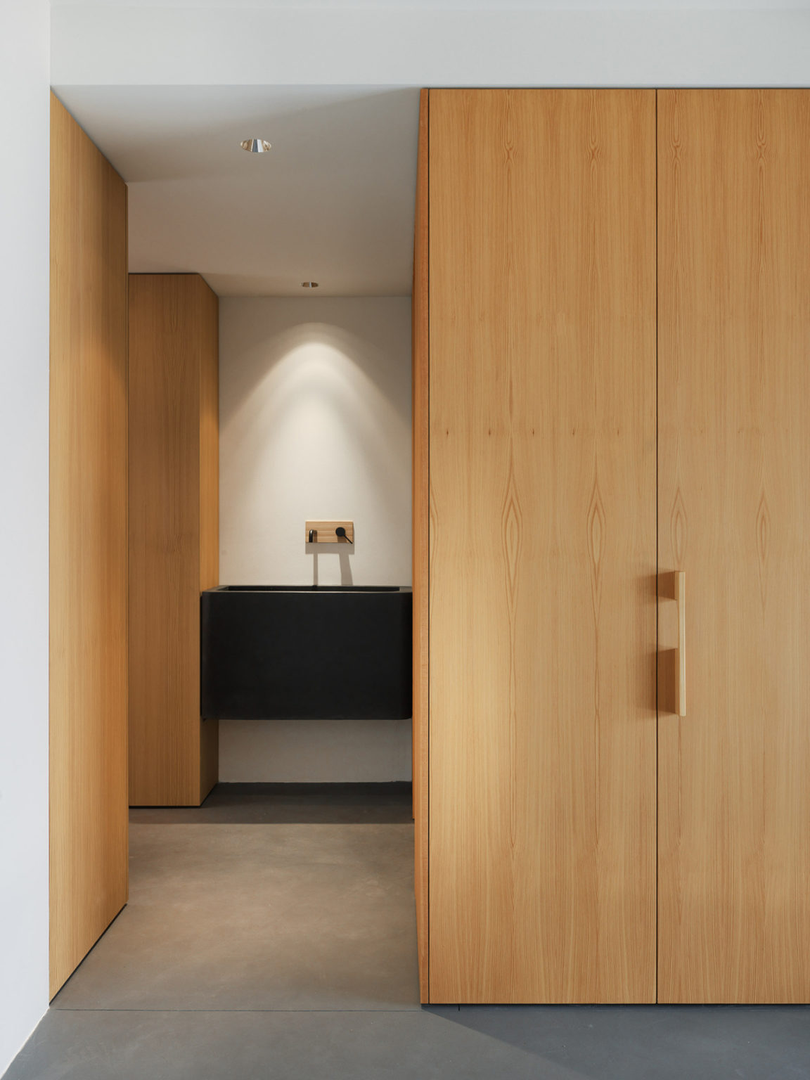 Storage is comfortable and hidden, to avoid cluttering the minimal spaces