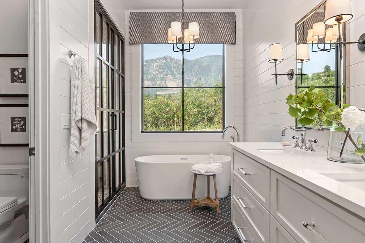 The bathtub space takes maximum of the amazing views