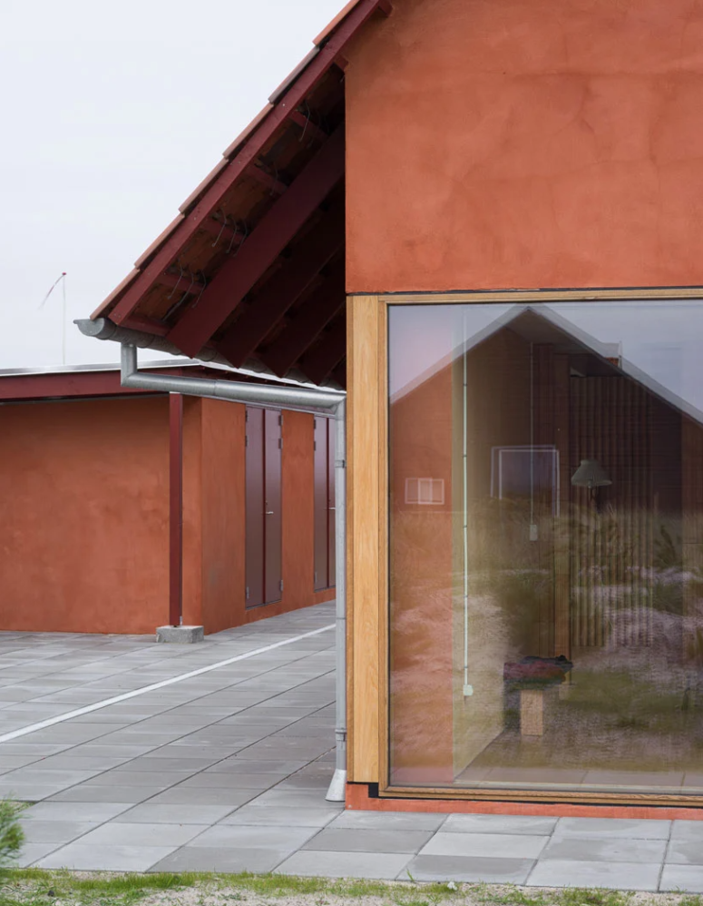 The house is oriented from east to west to protect from winds and the use of materials is simple and casual, with maximal functionality