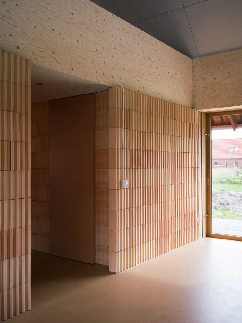 Terracotta, plywood, wood and concrete are used for inner and outer decor of the house and such a combo looks unusual