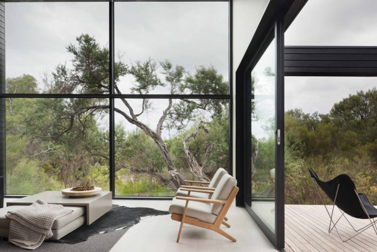 The ceiling is double-height, the wall is glazed to enjoy the views and much light inside