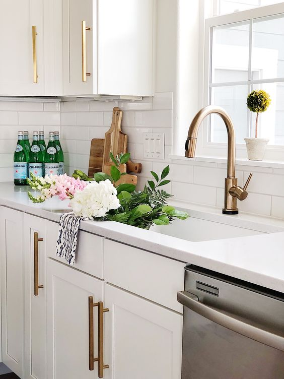 brass and gold hardware always look stylish together, and they both bring a chic feel to the space