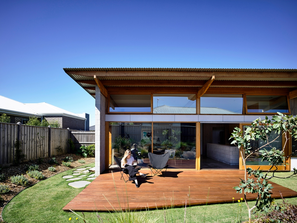 This super stylish modern home was built in Australia, it's chic and relaxed and features outdoor and indoor spaces that merge in a cool way