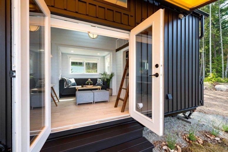 Комплект двойни врати води право в дневната зона и отваря интериора към околностите