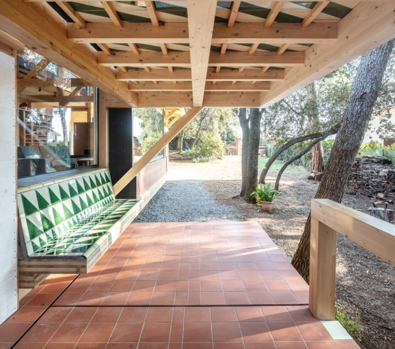 There's an outdoor space with a built-in bench, it's an ideal space under the roof