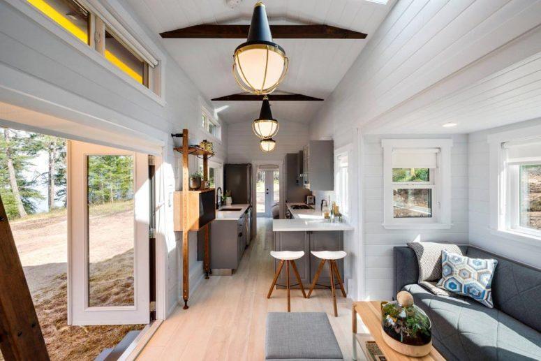 Плъзгането в хола позволява изтеглянето на дивана назад, което прави място за повече мебели или хора