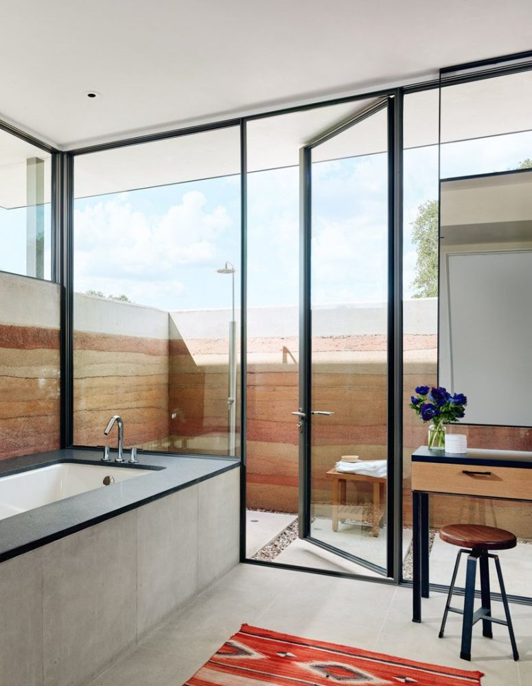 The bathroom is partly indoor and partly outdoor to enjoy showers when the weather is warm