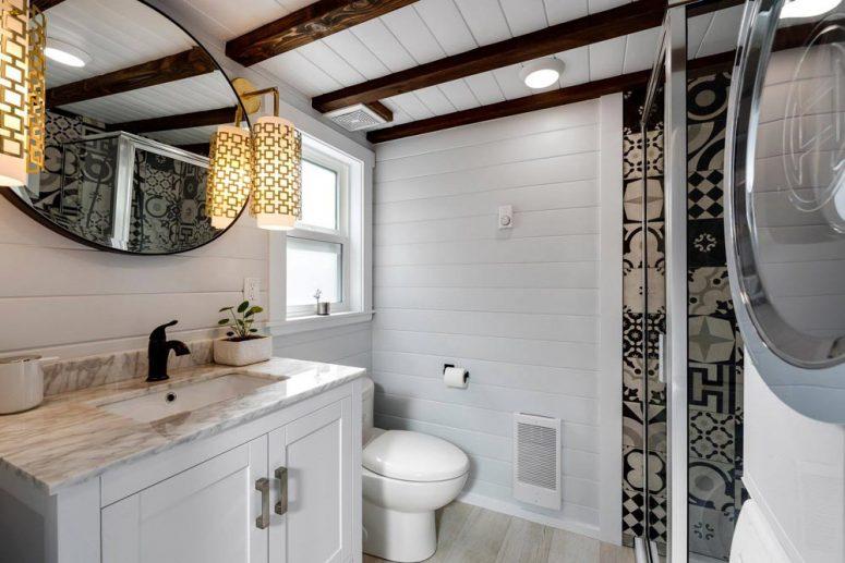 Къщата като цяло и банята включват всичко необходимо за комфортен живот