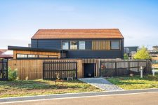 01 This contemporary surfers' home looks stylish both on the outside and inside and welcomes those who love waves