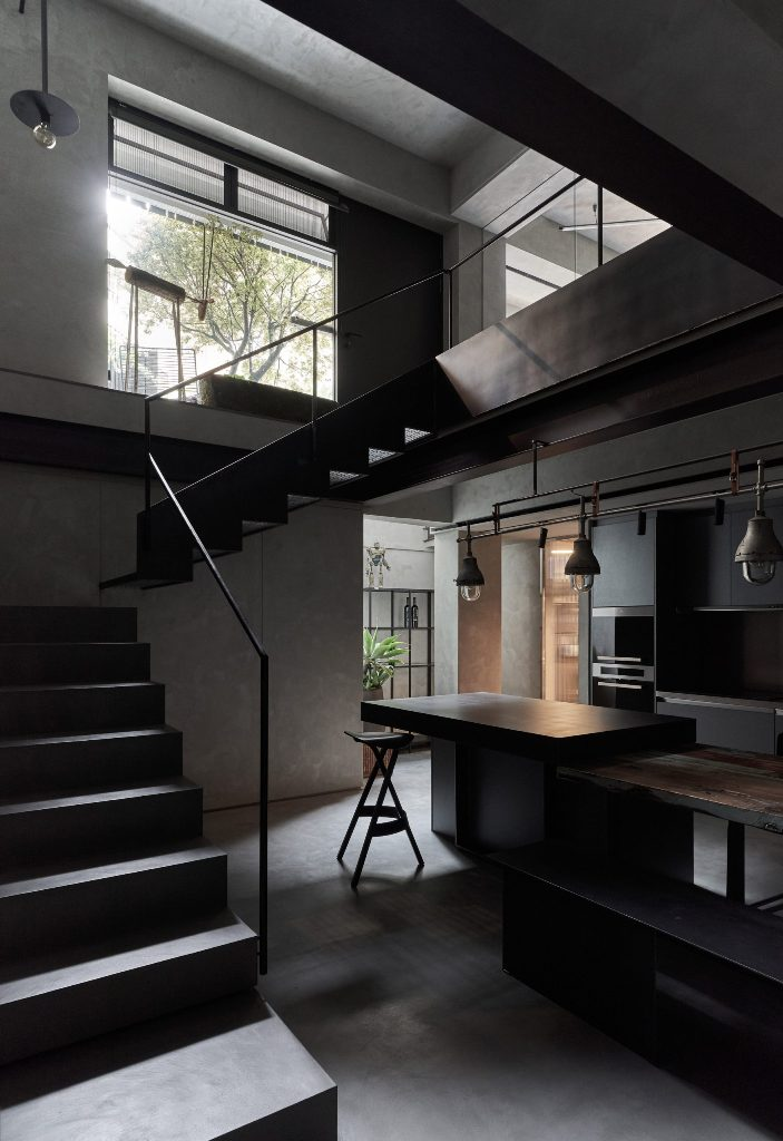 The material palette is simple, with concrete, stone and metal, all of them are in dark and the lamps are dark, too