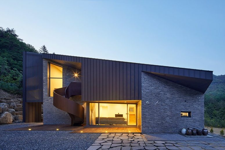The house has glazing and large windows that allow enjoying the views and natural light in
