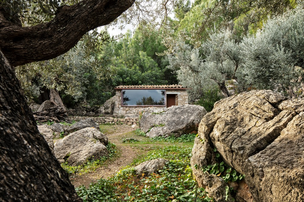 This off grid house in Mallorca mountains is amazing fro those who want to stay far away from big cities and fuss