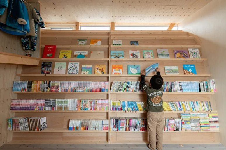 A curved wall with lots of books inspired the child to read