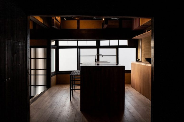The kitchen is raised, made of wood and has a central island covered with layers of Urushi