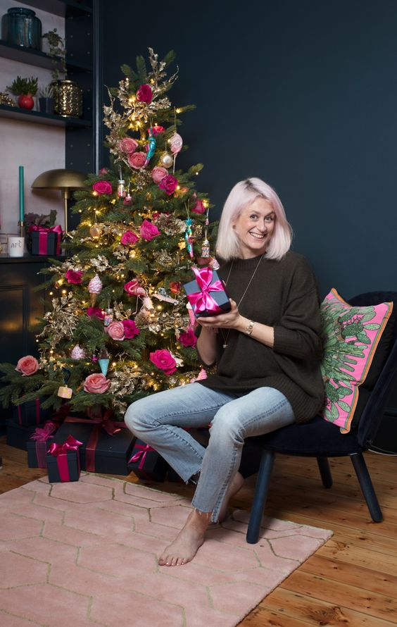 a bright Christmas tree with lights, pink and fuchsia blooms, colorful ice cream cones is a creative and chic idea