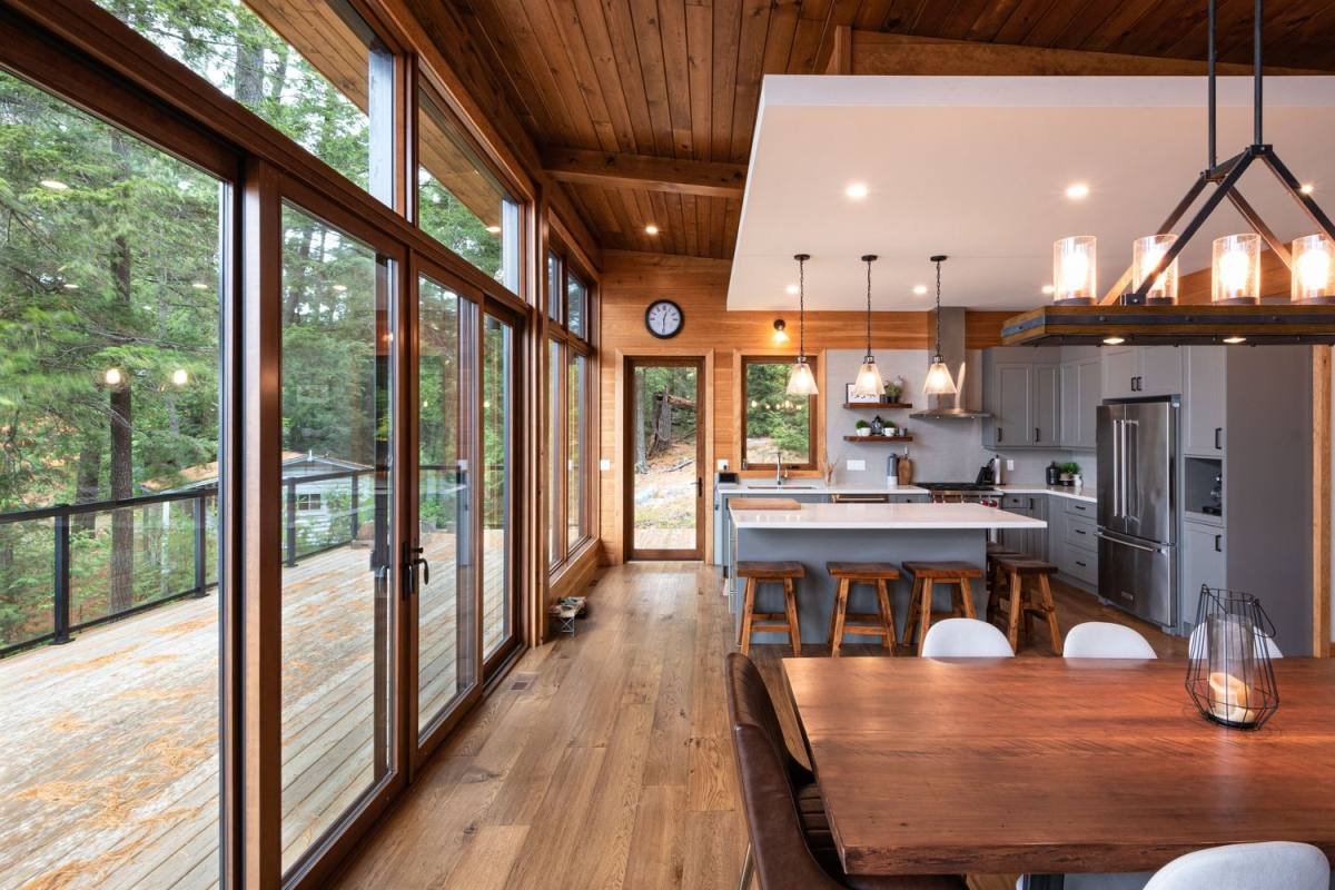 The main layout is comprised by a kitchen, a dining space and a living room, with much natural and artificial light