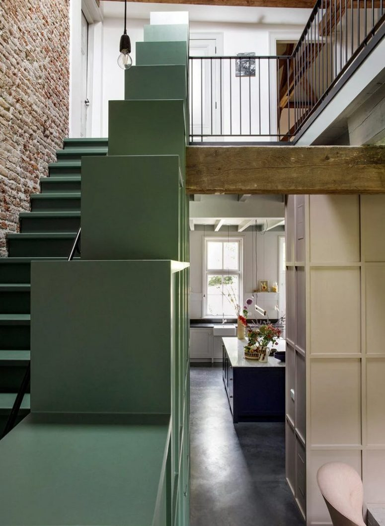 The staircase features soem storage units that can be also used for displaying objects