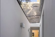 07 A glass-roofed corridor links the extension with the front of the house