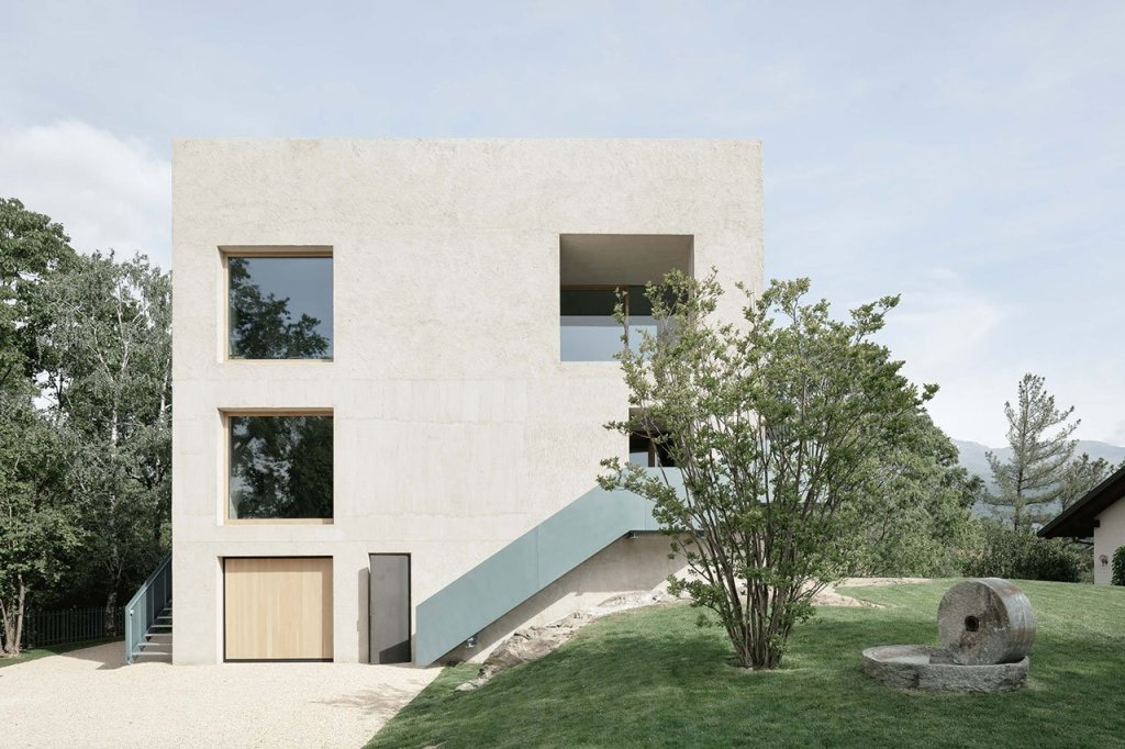 The house was stripped to its original cubic volume and divided into three apartments that are connected