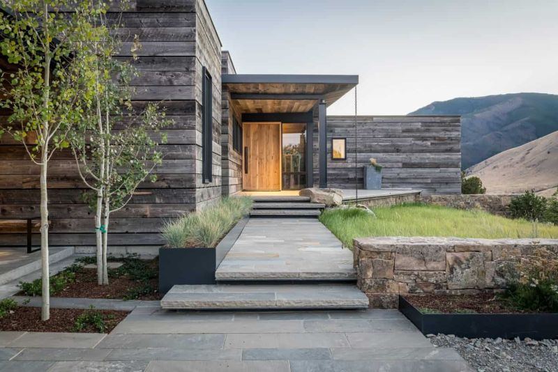 This modern rustic house is called Ursa House and it flawlessly marries two styles, while its exterior disappears in the rugged landscape
