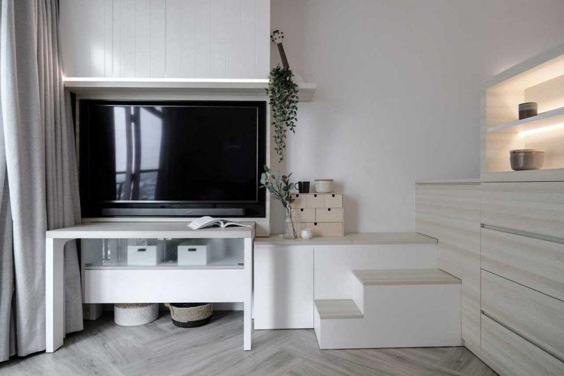 Under and over the TV there are also storage units that can be hidden or open