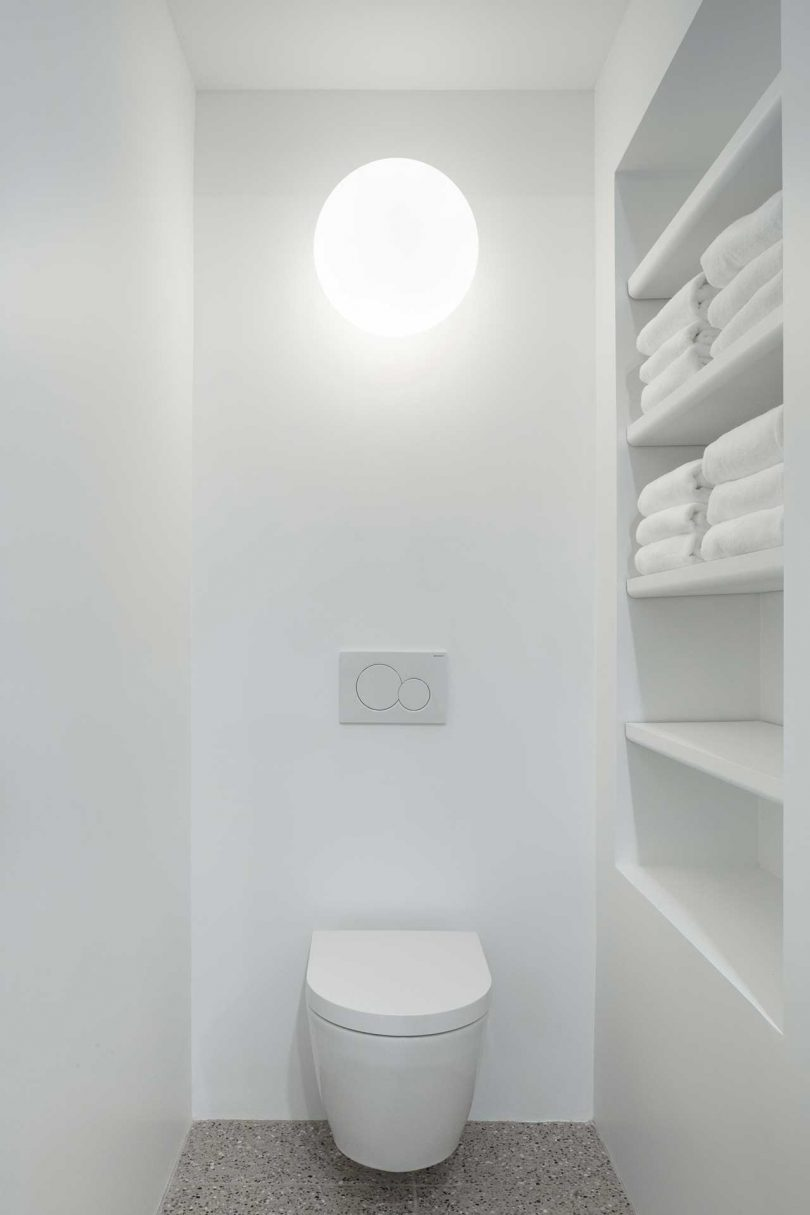 11 Open shelves in this tiny space give enough storage space