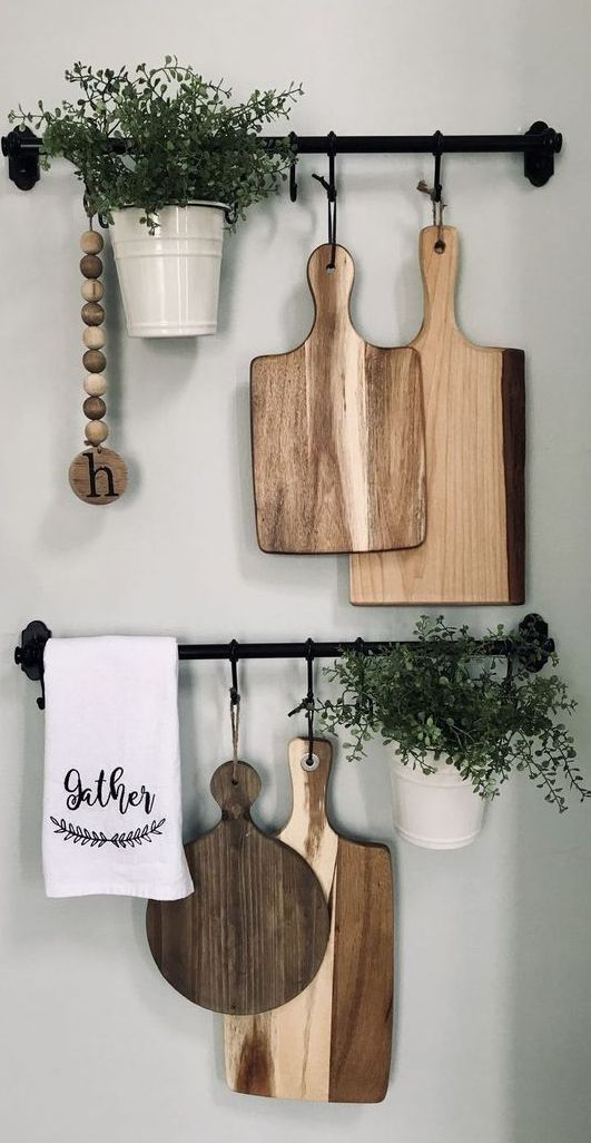 24 lovely farmhouse kitchen wall decor with Fintorp railings, with cutting boards, potted plants and wooden beads for a rustic space