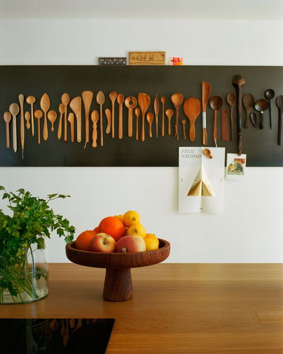 26 lovely rustic kitchen wall decor with stained wooden spoons, with an ombre effect from the lighter to the darker shade