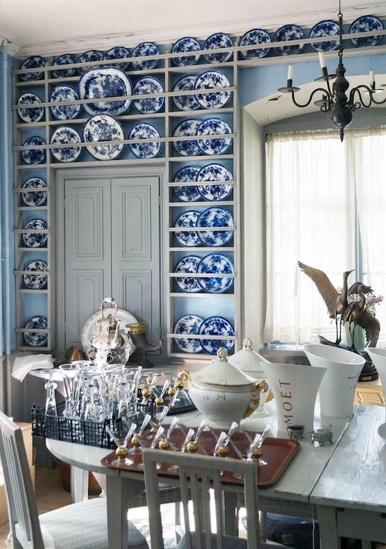 34 a refined dining space with light blue walls, built-in shelves with chinoiserie, neutral vintage furniture and a vintage chandelier